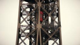 Elevador vermelho que move-se até a parte superior da torre Eiffel em Paris, França Tiro da lente teleobjetiva Foto de Stock Royalty Free