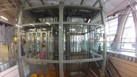 Elevador y escalera móvil del uso de los pasajeros en el aeropuerto
