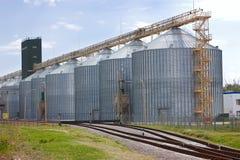 Elevador y ferrocarril agrícolas de grano. Imagen de archivo