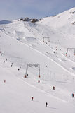 Elevadores alpinos do arrasto da área do esqui Fotografia de Stock Royalty Free