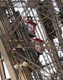 Elevadores da torre Eiffel que ascensão Imagens de Stock