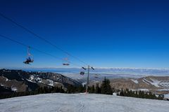 Elevadores de esqui na estância de esqui foto de stock