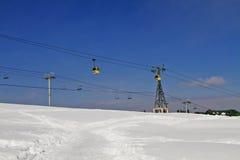 Elevadores de esqui sobre a paisagem coberto de neve, Kashmir, Jammu And Kashmi fotos de stock