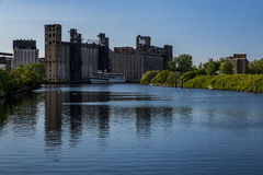 Elevadores de grão e rio abandonados - búfalo, New York Fotos de Stock Royalty Free