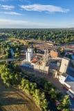 Elevadores de grano y opinión aérea del molino fotos de archivo