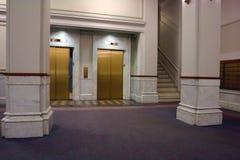 Elevadores en pasillo con el closing de la puerta Imagen de archivo