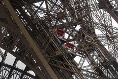 Elevadores en torre Eiffel Imagen de archivo libre de regalías
