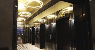 Elevadores en un centro de negocios o un hotel moderno metrajes