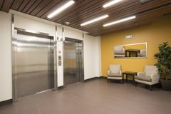 Elevadores incorporados do interior do corredor da construção Fotografia de Stock
