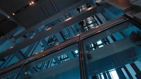 Elevadores na construção moderna do negócio do escritório Tiro futurista com geometria agradável filme