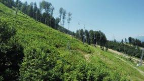 Elevadores nas montanhas no verão vídeos de arquivo