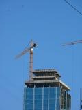 Elevando guindastes. Edifício. Foto de Stock