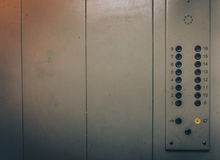 Elevator eller hissknappar och vägg inom inre med kopieringsutrymme Arkivfoton