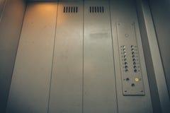 Elevator eller hissknappar och vägg inom inre med kopieringsutrymme Bakgrund till Arkivfoto