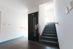 Elevatordörr och trappuppgång - vita väggar och ljust fönster royaltyfria foton