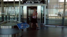 Elevatore aspettante della gente all'aeroporto di YVR archivi video