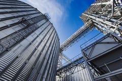 Elevatore contro il cielo blu fotografia stock