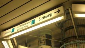 Elevatore del binario di Europa Germania Francoforte, segno di vita ad area della stazione della metropolitana archivi video