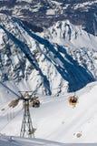 Elevatore della gondola sulla stazione sciistica dell'alta montagna Fotografia Stock