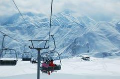 Elevatore di corsa con gli sci con la gente Fotografia Stock Libera da Diritti