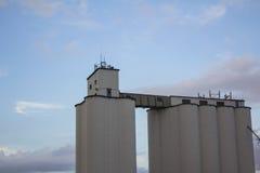 Elevatore di grano contro cielo blu fotografia stock