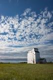Elevatore di grano di legno bianco sotto cielo blu splendido Fotografia Stock Libera da Diritti
