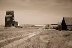 Elevatore di granulo della prateria sul paesaggio canadese Immagini Stock