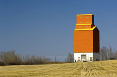 Elevatore di granulo sulle praterie canadesi Fotografia Stock Libera da Diritti