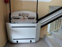 Elevatore di handicap, ascensore per la sedia a rotelle invalida Fotografie Stock