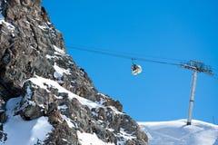 Elevatore di pattino della gondola in alte montagne Fotografie Stock
