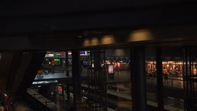 Elevatore di vetro dentro la stazione principale di Berlino archivi video