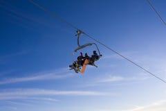 Elevatore e cielo di corsa con gli sci Immagini Stock
