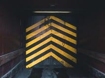 Elevatore industriale con le frecce gialle immagine stock