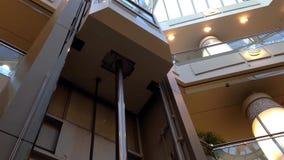 Elevatore moderno dentro il centro commerciale video d archivio