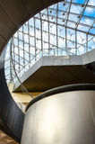 Elevatore nella piramide - Louvre, Parigi, Francia Immagine Stock Libera da Diritti