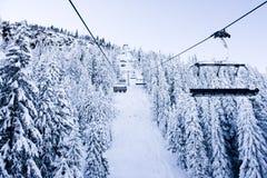 Elevatore, neve e montagna di corsa con gli sci fotografie stock libere da diritti