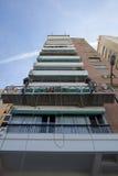 Elevatore per la verniciatura delle pareti alte delle costruzioni Fotografia Stock