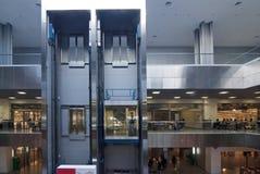 Elevatore in un centro moderno di affari Fotografie Stock