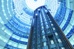 Elevatorflyttningen i skyskrapanord står hög Arkivfoton