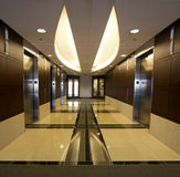 Elevatori corporativi dell'interno di corridoio della costruzione   Fotografie Stock Libere da Diritti