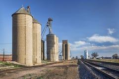 Elevatori di grano in Colorado rurale fotografia stock