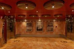 Elevatorkorridor av det Costa Deliziosa kryssningskeppet med foto av gamla skepp på väggen royaltyfri foto
