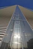 Elevatorutrymmet av det Isozaki tornet på Citylife; Milan Italien Arkivbilder