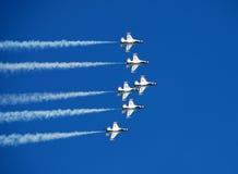 Elevazione dei Thunderbirds dell'aeronautica di Stati Uniti Immagini Stock Libere da Diritti