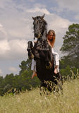 Elevazione del cavallo e teenager Fotografie Stock