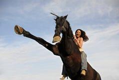 Elevazione dello stallion e ridere ragazza Fotografie Stock