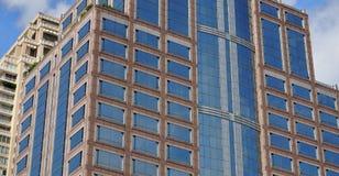 Elevazione di costruzione nel cielo blu Immagini Stock Libere da Diritti