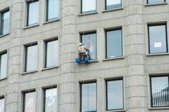 Elevazione di lavaggio dei lavavetri delle finestre della costruzione Immagine Stock