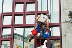 Elevazione di lavaggio dei lavavetri delle finestre della costruzione Fotografie Stock