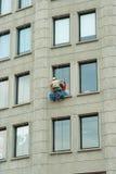 Elevazione di lavaggio dei lavavetri delle finestre della costruzione Fotografie Stock Libere da Diritti
